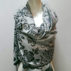 Светло-серый палантин с розами