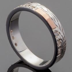 Кольцо с узором и камнями