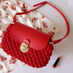 Красный клатч из кожи и текстиля