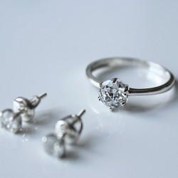 Нежное серебряное кольцо с фианитом